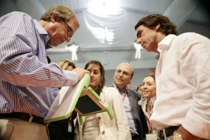 Nicholas Negroponte le presenta el OLPC a Jose Maria Aznar